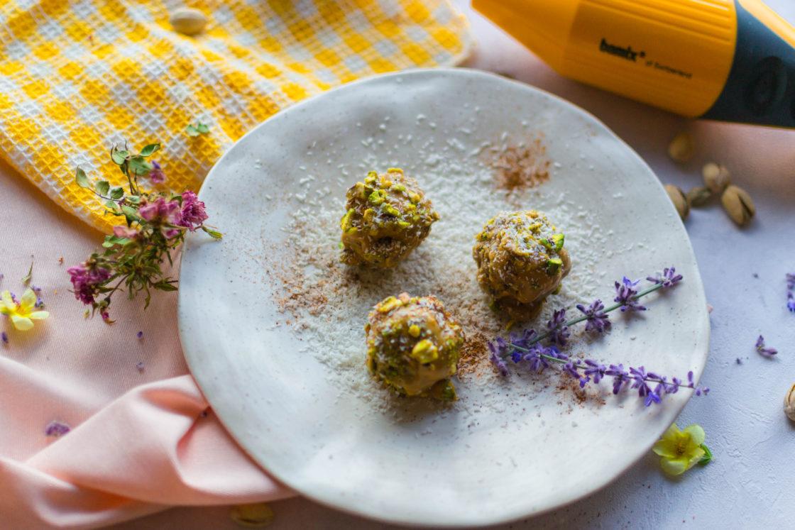 Snackbolletjes met vijgen, havermout, gepofte quinoa, kaneel, pindakaas en pistachenoten.